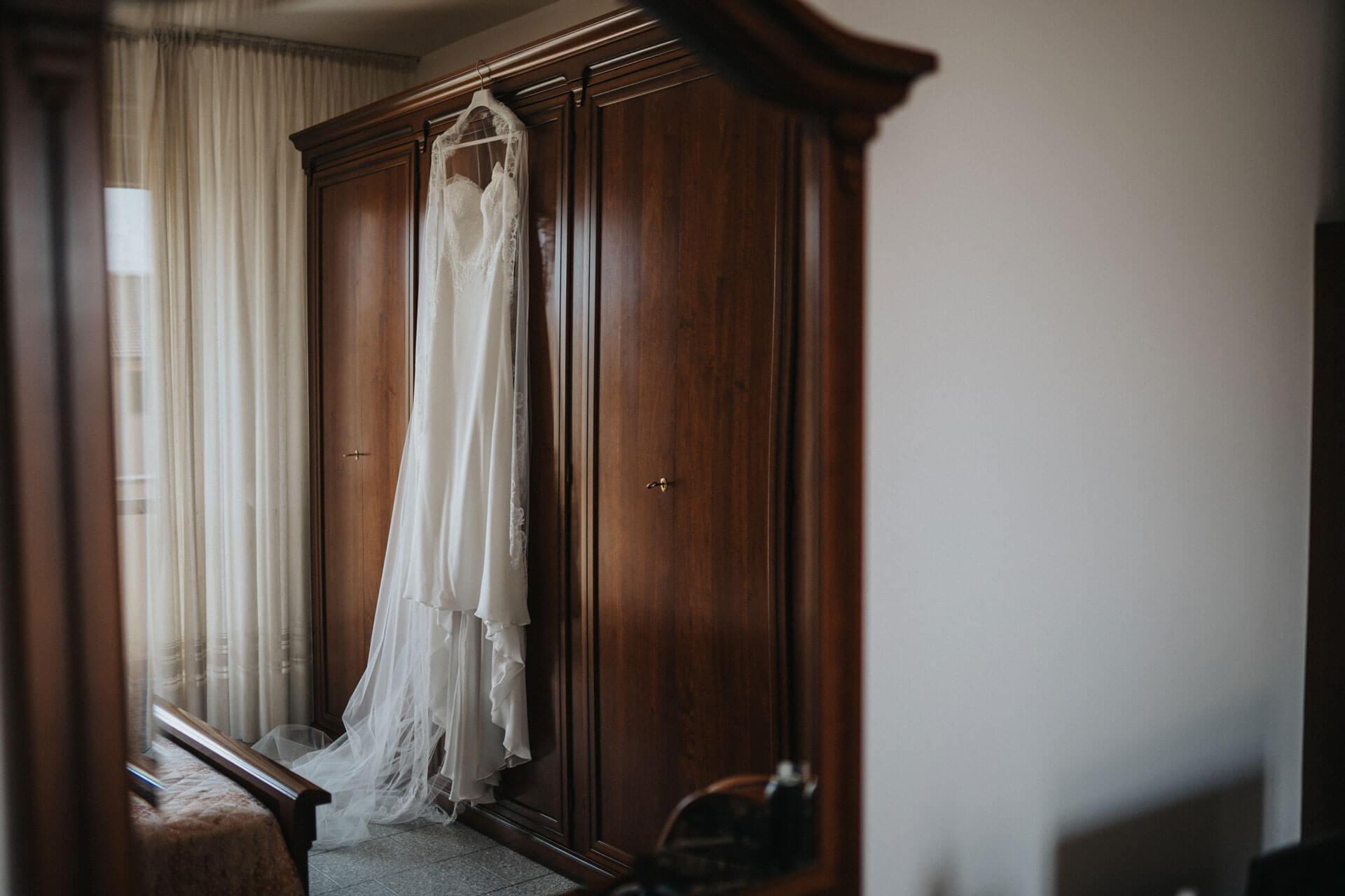 abito sposa appeso su armadio
